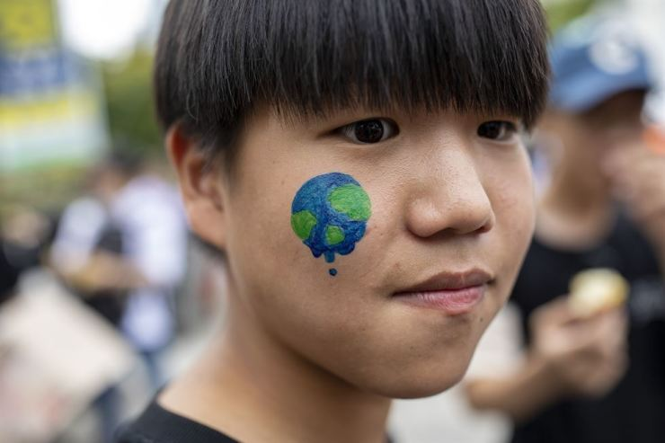 A student who joined Friday's no-school protest to demand 'grown-ups' do more to counter climate change painted his face with earth. He was one of hundreds of students from around the country who gathered at Sejong-ro Park in front of the Korean foreign affairs ministry in Seoul's Jongno District and marched to the Korean presidential office Cheong Wa Dae, a little over one kilometer north. Students in many countries joined in the global protest. Korea Times photo by Shim Hyun-chul