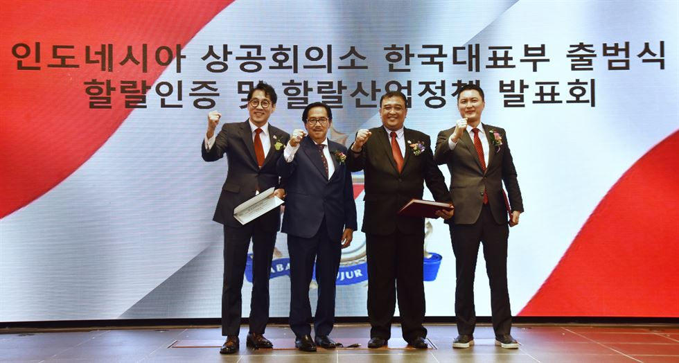 Indonesian Chamber of Commerce and Industry Vice Chairman Johny Waas, left, poses with the chamber's Korea office President Lee Kwang-yeon, after giving Lee a letter of appointment during the launching ceremony of the office at a convention center in Yeouido, Seoul, Aug. 28. / Seoul office of Indonesian Chamber of Commerce and Industry
