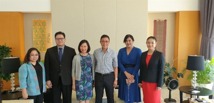 Philippine Ambassador to Seoul Noe Albano Wong, fourth from left, poses with his wife Maria Elena Wong, third from left, Philippine Department of Tourism-Korea Director Maria Apo, left, and his embassy officers before a lunch with Korean journalists at his residence in Yongsan-gu, Seoul, Sept. 26. / Korea Times photo by Yi Whan-woo