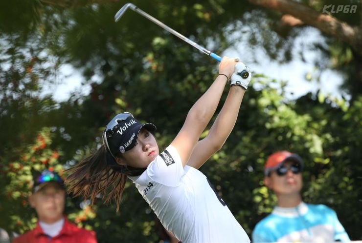 Cho A-yean makes a tee shot from the fourth hole during the OK Savings Bank Se Ri Park Invitational held at Elysian Gangchon Country Club in Chuncheon, Gangwon Province, Sunday. Yonhap