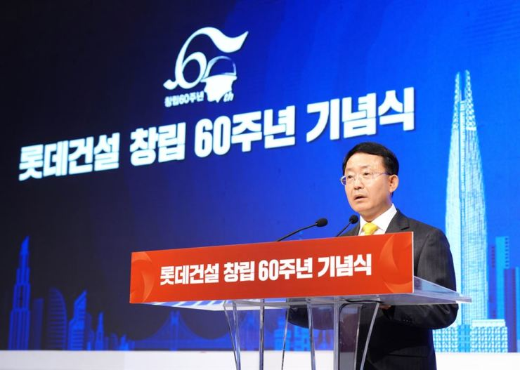 Lotte Engineering & Construction (E&C) CEO Ha Suk-joo speaks during a ceremony marking the builder's 60th anniversary at Lotte Hotel World in Jamsil, southeastern Seoul, Friday. Ha pledged the company will make every effort to ensure the company will continue for centuries. Courtesy of Lotte E&C