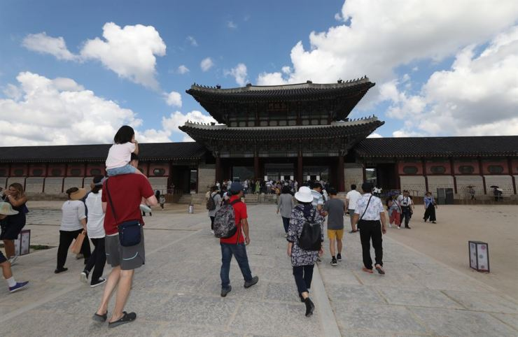 Visitors look around Gyeongbok Palace, central Seoul, under clear autumn skies, Sunday, the last day of the Chuseok holiday. / Yonhap