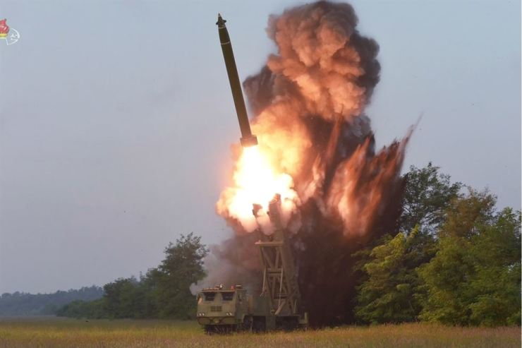 Japan did not ask South Korea to share information on two unidentified projectiles launched by North Korea Sept. 10. The North has said the launch was a 'test-fire of a newly developed super-large multiple rocket launcher.'/ Yonhap