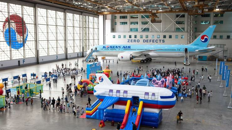 Korean Air's maintenance hangar in western Seoul is filled with employees and their children during the company's first 'family day' event, Sept. 20. Courtesy of Korean Air