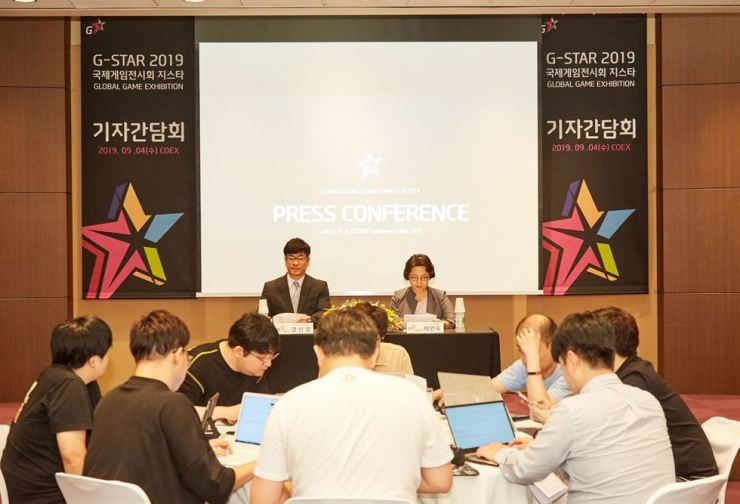 Kang Shin-chul, left, president of the Korea Association of Game Industry that hosts G-Star, and Lee In-sook, who heads the executive committee for the event, hold a press conference at COEX in Seoul, Wednesday. / Courtesy of the Korea Association of Game Industry