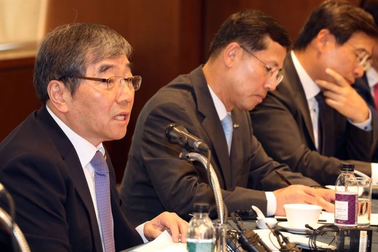 Financial Supervisory Service Governor Yoon Suk-heun, left, speaks during a luncheon with credit card company CEOs at the Korea Federation of Banks headquarters in Seoul, Friday. Yoon urged card issuers to review their marketing strategies from the perspective of customers. / Yonhap
