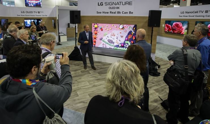 An LG Electronics employee introduces the company's SIGNATURE OLED 8K TV to visitors at the Consumer Electronics Design & Installation Association (CEDIA) Expo in Denver, Colorado at the weekend. / Courtesy of LG Electronics