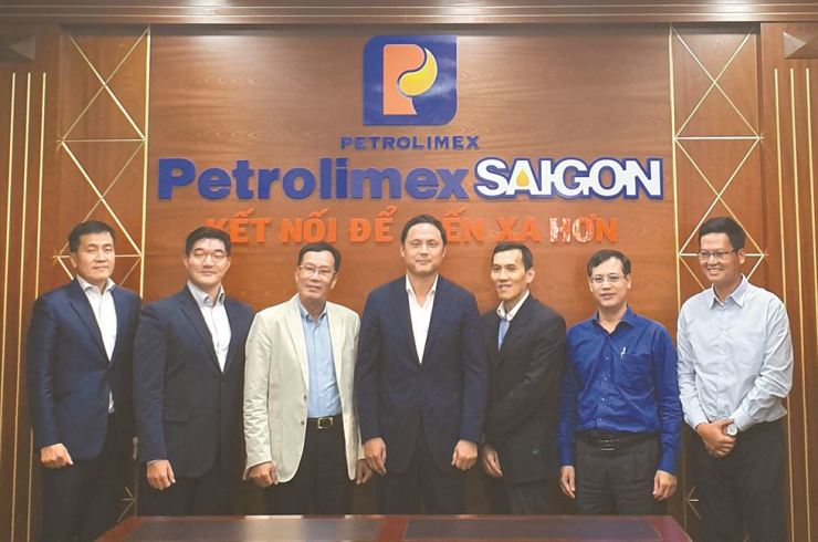 Huh Cheol-hong, second from left, vice president of GS Caltex Business Innovation, and Hur Joon-hong, center, executive vice president of GS Caltex Lubricants Business, pose with Nguyen Van Canh, third from left, president of Petrolimex Saigon, after a meeting at Petrolimex Saigon's office in Ho Chi Minh City to discuss their business agreement in this photo provided by GS Caltex, Friday. / Courtesy of GS Caltex