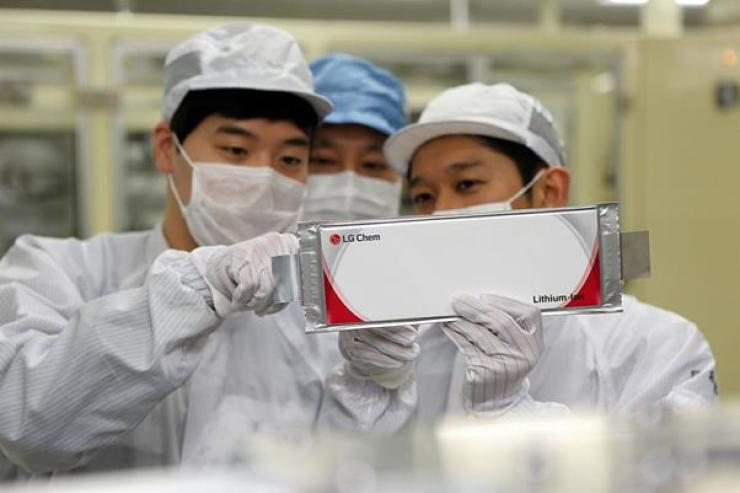 LG Chem researchers check the firm's battery for electric vehicles at its plant in Ochang, North Chungcheong Province, May 15. Courtesy of LG Chem