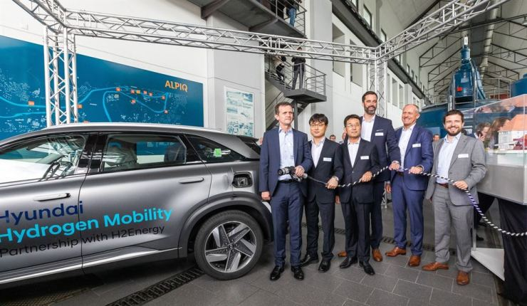 Hyundai Motor Executive Vice President Lee In-cheol, third from left, poses with H2 Energy Chairman Rolf Huber, left, during the launching ceremony of Hyundai Hydrogen Mobility, a joint venture between Hyundai Motor and H2 Energy, at Alpiq hydropower plant in Gosgen, Switzerland, Wednesday (local time). Courtesy of Hyundai Motor