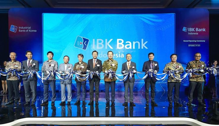 Industrial Bank of Korea (IBK) Chairman Kim Do-jin, seventh from left, poses with officials at the IBK Bank Indonesia opening ceremony held in Jakarta, Thursday. To Kim's left is Korea'n Ambassador to Indonesia Kim Chang-beom, and his right, Korean Ambassador to ASEAN Lim Sung-nam. / Courtesy of IBK