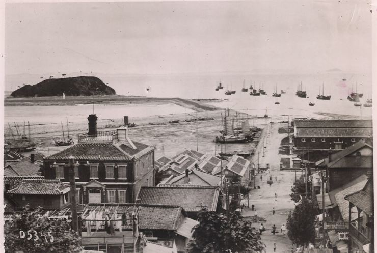 Daibutsu Hotel is in the center left in this photo of Jemulpo area in modern-day Incheon in the early 1900s. / Robert Neff Collection