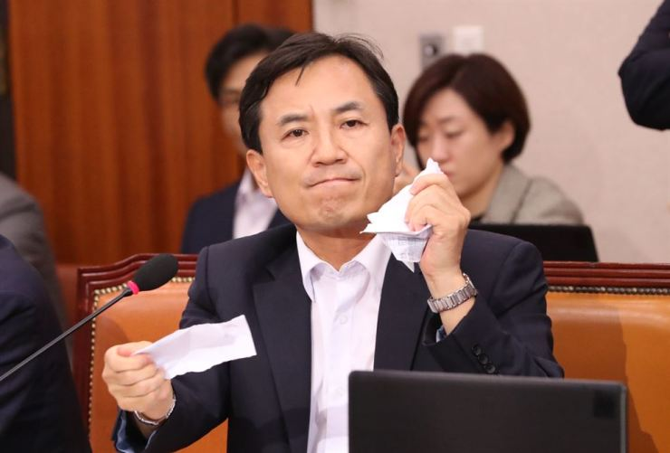 Liberty Korea Party Rep. Kim Jin-tae rips up a family relationship certificate of justice minister nominee Cho Kuk during the latter's confirmation hearing at the National Assembly on Yeouido, Seoul, Friday. Yonhap