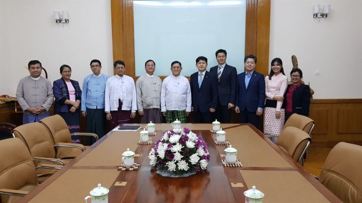 Financial Supervisory Service (FSS) First Senior Deputy Governor Yoo Kwang-yeol, seventh from left, poses with Myanmar's Deputy Minister for Planning and Finance U Maung Maung Win, sixth from left, and other officials, after holding a meeting at the ministry in Naypyidaw, Monday. They agreed to boost cooperation in the finance sector through training programs on regulatory know-how. / Courtesy of FSS
