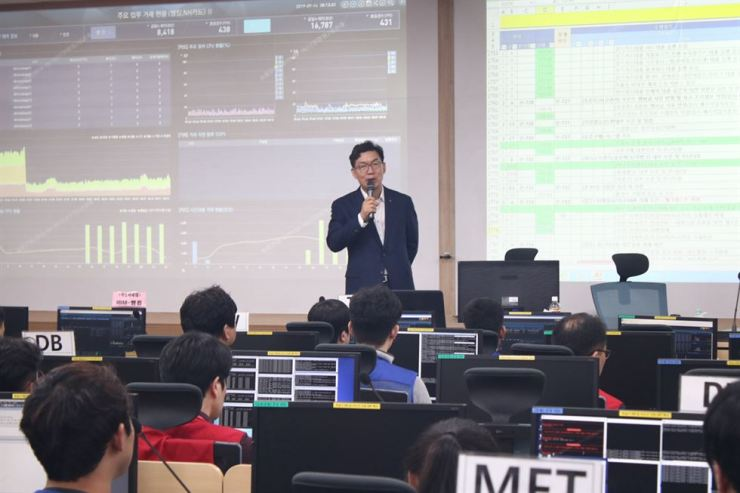 Nonghyup Bank CEO Lee Dae-hoon speaks to employees at the bank's IT center in Euiwang, Gyeonggi Province, Saturday. The CEO made the visit to talk with workers on duty during the Chuseok holidays. / Courtesy of Nonghyup Bank