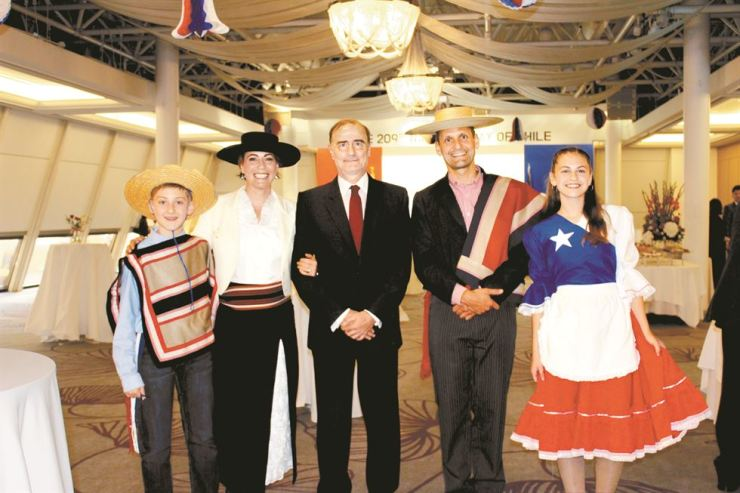Ambassador Fernando Danus, center, and Defense Attache Capt. Federico Saelzer, second from right, of the Embassy of Chile in Korea pose with Saelzer's family members during a reception to mark the 209th anniversary of Chile's Independence Day at Millennium Hilton Seoul hotel in central Seoul, Sept. 18. / Embassy of Chile