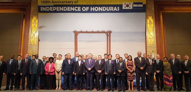 Honduran Ambassador to Korea Virgilio Paredes Trapero, 11th from left in the front row, and Deputy Minister for Protocol Affairs at the Ministry of Foreign Affairs Lim Ki-mo, ninth from left in the same row, pose with other dignitaries during a reception to mark the 198th anniversary of Honduras' Independence Day, at the Lotte Hotel in downtown Seoul, Sept. 17. / Korea Times photo by Yi Whan-woo