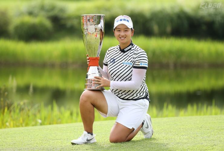 Park Chae-yoon poses with her trophy after winning Hanwha Classic 2019 at Jade Palace Golf Club in Chuncheon, Gangwon Province, Sunday. / Yonhap
