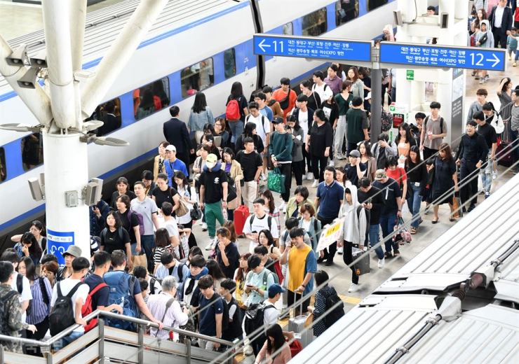 Crowds throng a platform at Seoul Station after returning from family gatherings in their hometowns, Sunday, the last day of the Chuseok holiday. / Korea Times photo by Hong In-ki