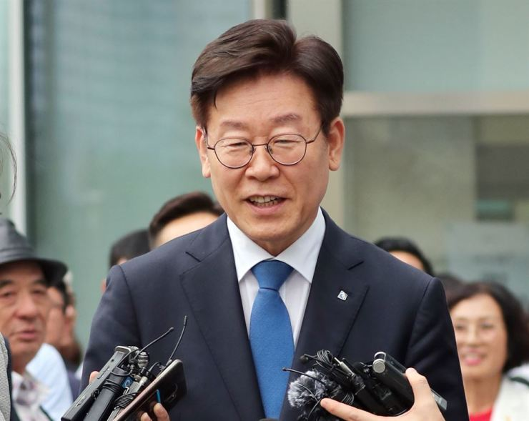Gyeonggi Governor Lee Jae-myung answers reporters' questions before entering the Suwon High Court in Suwon, Gyeonggi Province, Friday. Yonhap