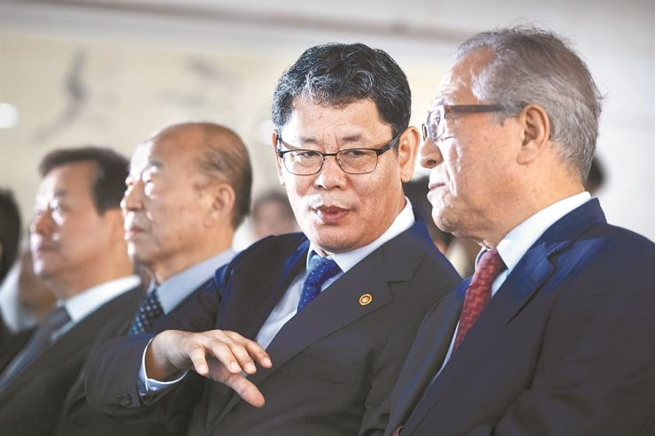 Unification Minister Kim Yeon-chul, second from right, speaks with Jeong Se-hyun, right, new deputy chair of the presidential National Unification Advisory Council, while taking part in an event in Seoul to commemorate the first anniversary of the Sept. 19 inter-Korean summit, Thursday. Yonhap