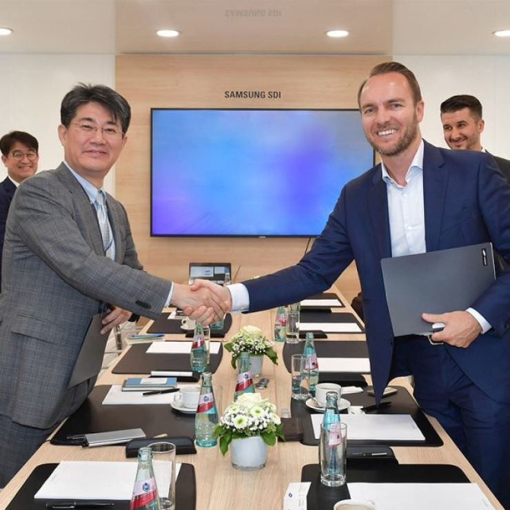 Kim Jeong-wook, executive vice president at Samsung SDI, left, shakes hands with Sven Schulz, CEO of Akasol, after signing a battery supply deal in Frankfurt, Monday. / Courtesy of Akasol