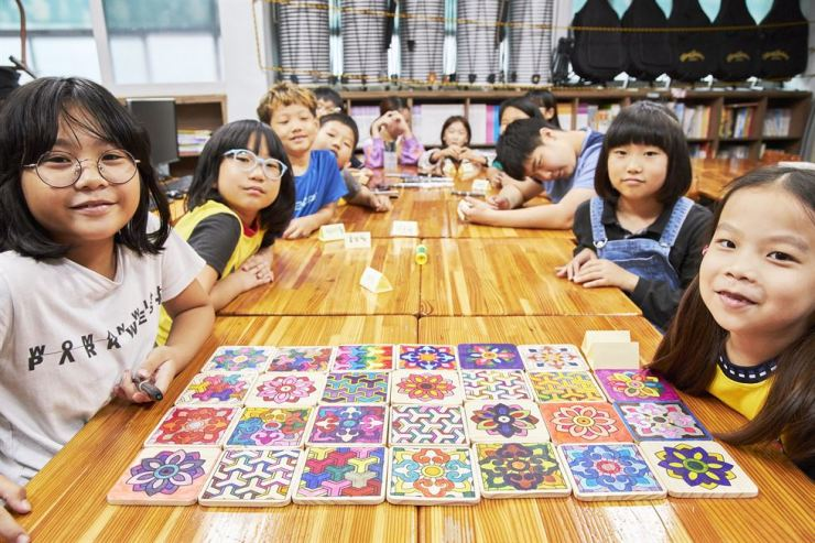 Children participating in an art education program run by the POSCO 1% Foundation pose during their class at a daycare center in Pohang, North Gyeongsang Province, Sept. 20. Courtesy of POSCO