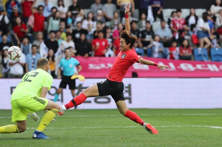 Hwang Ui-jo diverts the ball into the net. /Yonhap