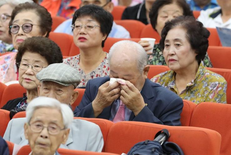 An elderly man wipes away tears during a consolation ceremony for families separated by the 1950-53 Korean War in Jongno-gu, Seoul, Sept. 11. / Yonhap