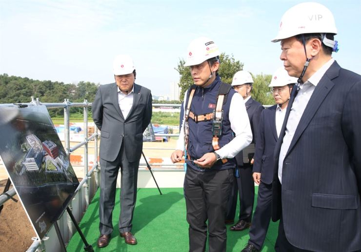 Lotte Group Chairman Shin Dong-bin, right, looks at an artist's impression of a reconstruction of Lotte Academy Osan Campus in Osan, Gyeonggi Province, Monday. The group poured 190 billion won into redeveloping the human resources facility, which has been under construction since August and is scheduled to open in September 2021. Shin said 'support for human resources is an investment for Lotte's future.' Courtesy of Lotte Group