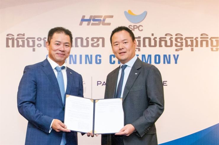 SPC Group Vice President Hur Jin-soo, right, poses with HSC Group President Sok Hong after signing a contract to set up a joint venture in Phnom Penh, Cambodia, Sept. 4. / Courtesy of SPC Group