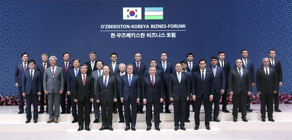 Figur Uzbek President Shavkat Mirziyoyev and President Moon Jae-in shake hands after signing a Joint Declaration on Special Strategic Partnership between the two countries during Moon's state visit to Uzbekistan in April 2019. / Embassy of Uzbekistan