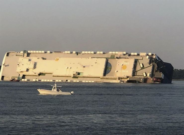 The Golden Ray car carrier, operated by Hyundai Glovis, is capsized near a port on the coast of the U.S. state of Georgia, Sunday, Sept. 8 (local time). AP-Yonhap