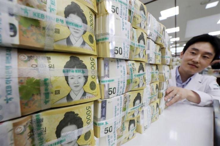 50,000-won banknotes at Seoul KEB Hana Bank. Yonhap