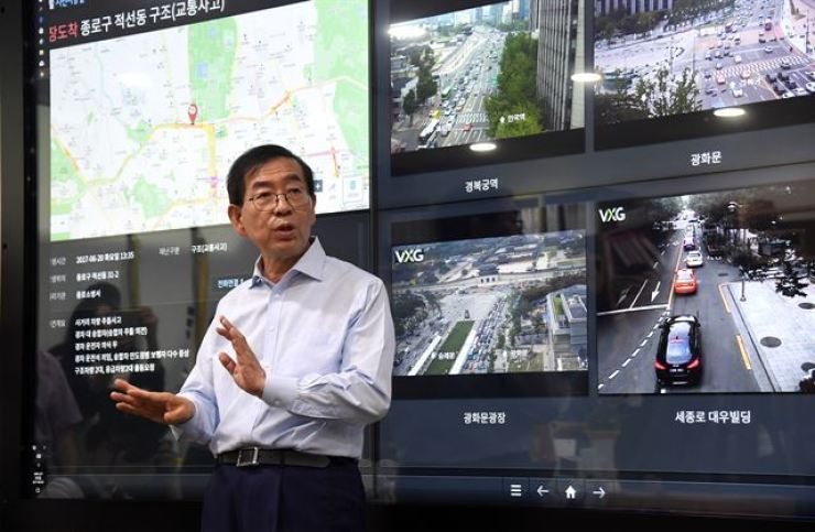 Seoul Mayor Park Won-soon gives a demonstration of his real-time data smart board at his office at City Hall in this June 2017 photo. / Courtesy of Seoul Metropolitan Government