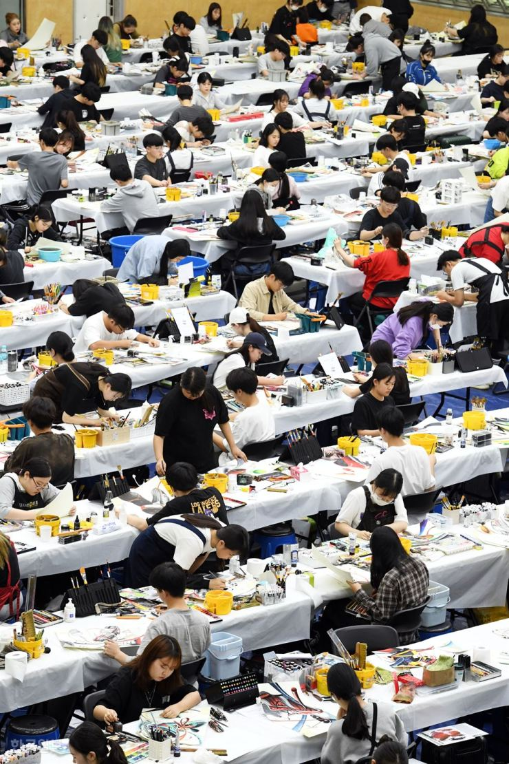 Students draw pictures in an art exam at Sahmyook University in Seoul, Sunday, for irregular admissions. More than 1,400 students applied for the art and design department of the university where only 49 will be selected. Yonhap