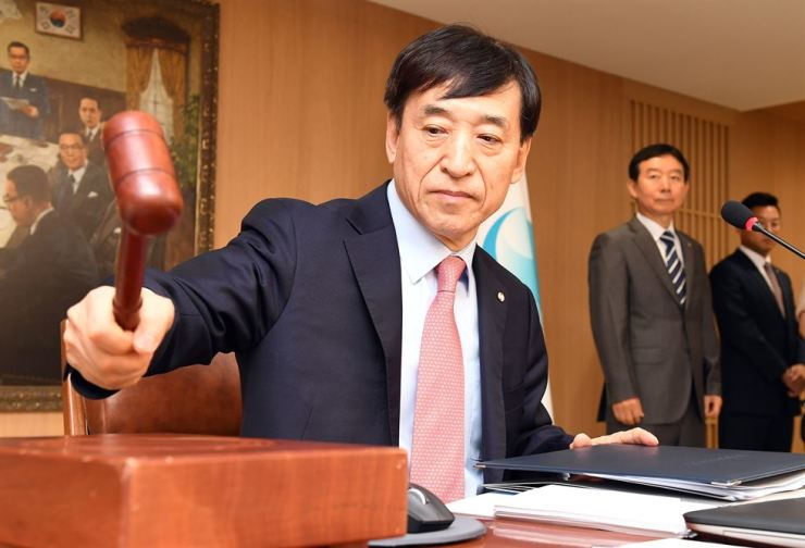 Bank of Korea Governor Lee Ju-yeol bangs the gavel at the beginning of a monetary policy meeting held at the central bank Aug. 30. / Korea Times file