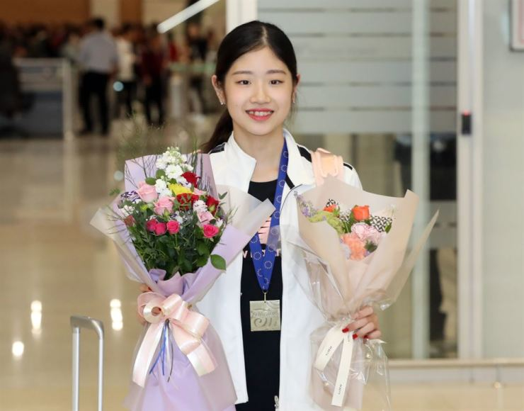 Lee Hae-in arriving home after winning the ISU Grand Prix title over the weekend/ Yonhap