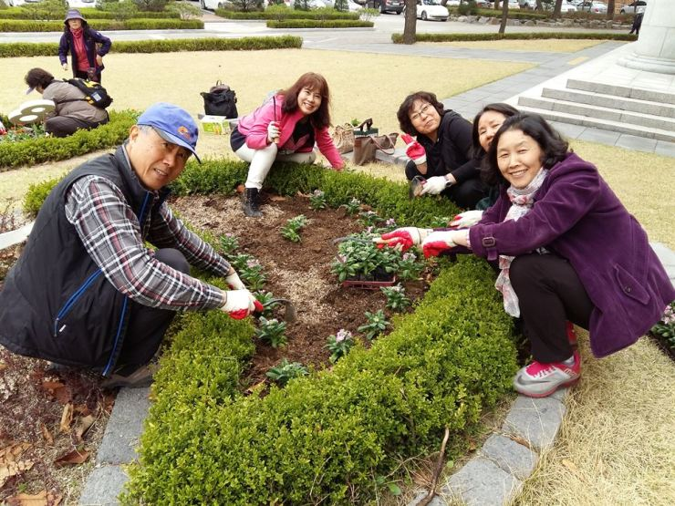 People take a course on becoming 'citizen gardeners' at Sahmyook University in Seoul. / Courtesy of Seoul Metropolitan Government