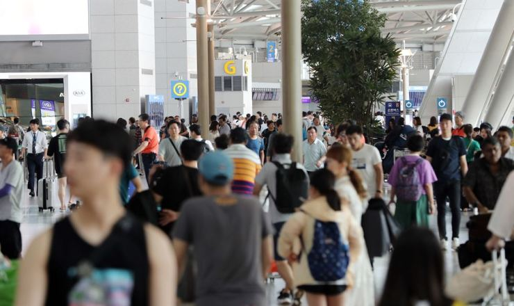 Incheon International Airport is filled with vacationers, who plans to go abroad for the summer, in this August photo. Yonhap