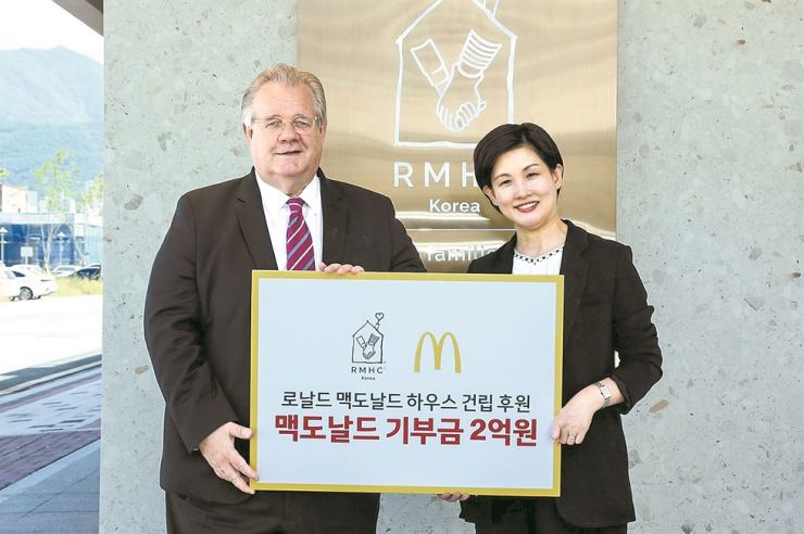 McDonald's Korea Managing Director Melanie Joh, right, poses for a photo with Ronald McDonald House Korea Chairman Jeffrey Jones at the nation's first Ronald McDonald House in Yangsan, South Gyeongsang Province, Wednesday. McDonald's donated 200 million won ($167,907) to the charity organization to help families of sick children in need. / Courtesy of McDonald's Korea