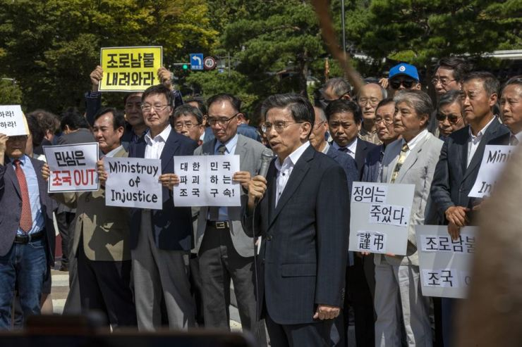 Eighty professors rally in front of Cheong Wa Dae in Seoul, Thursday, to condemn President Moon Jae-in's appointment of Cho Kuk, who is embroiled in various corruption allegations involving him and his family members, as justice minister. Korea Times photo by Shim Hyun-chul