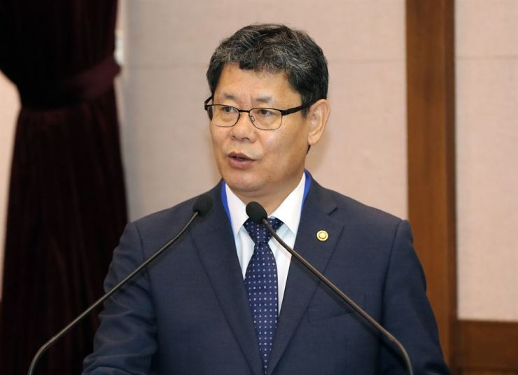Unification Minister Kim Yeon-chul delivers a speech while participating in an academic seminar organized to celebrate the 30th anniversary of the University of North Korean Studies and the 47th anniversary of the Institute for Far Eastern Studies of Kyungnam University, in Seoul, Tuesday. Yonhap