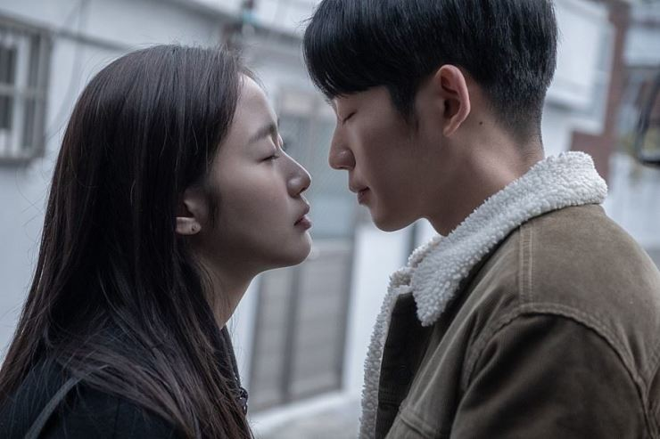 Jung Hae-in, right, and Kim Ko-eun in a scene from 'Tune in for Love.' Photo from Naver