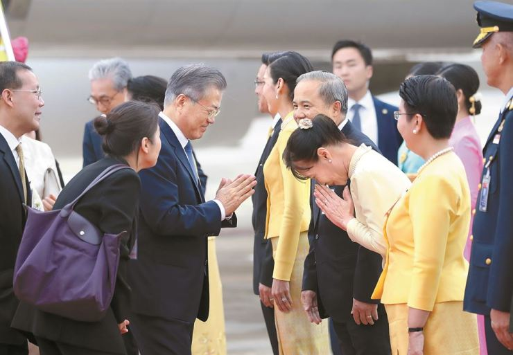 President Moon Jae-in offers a traditional greeting upon arriving in Bangkok, Sunday. Yonhap