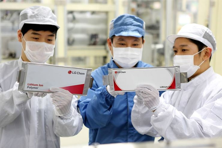 LG Chem employees check battery cells produced at the company's plant in Ochang, North Chungcheong Province in this file photo. / Courtesy of LG Chem