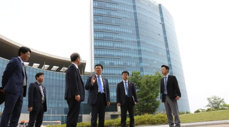 Vice Unification Minister Suh Ho, third from right, takes a look at the inter-Korean liaison office in the North Korean border city of Gaeseong on June 14. Yonhap