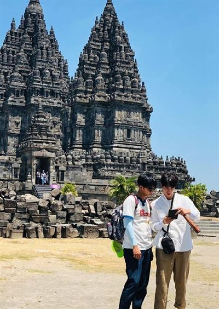 Korean singer-actor Lee Seung-gi and Taiwanese star Jasper Liu appear in Netflix's upcoming travel show. Capture from Lee's Instagram