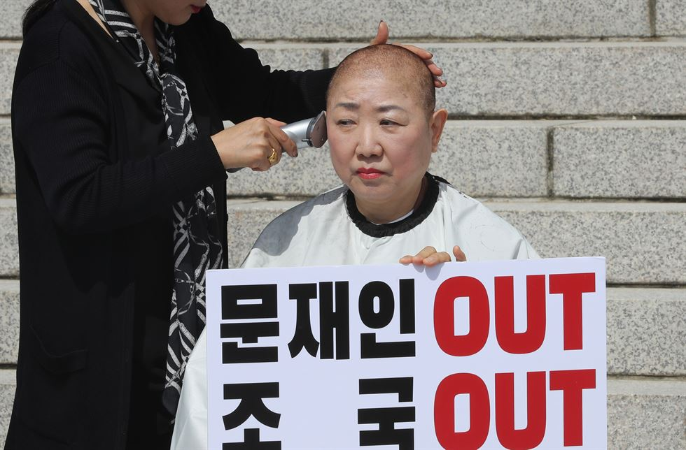 Rep. Park In-sook of the main opposition Liberty Korea Party speaks near the National Assembly in Yeouido, Seoul, Wednesday, before shaving her head in protest against President Moon Jae-in's decision to appoint Cho Kuk as the justice minister. She is the second lawmaker to do so after Rep. Lee Un-ju. Yonhap