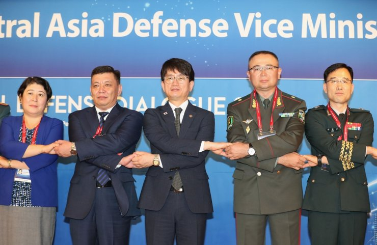 Vice Defense Minister Park Jae-min, center, holds hands with his counterparts from Central Asian countries who participated in a session of the Cyber Working Group, Sept. 4, as part of the three-day Seoul Defense Dialogue 2019 held from Sept. 4 to 6 at Lotte Hotel Seoul. Yonhap